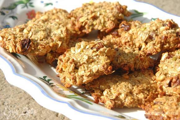 Повысить температуру в духовке до 190°С и выпекать печенье 20‒25 минут до готовности.