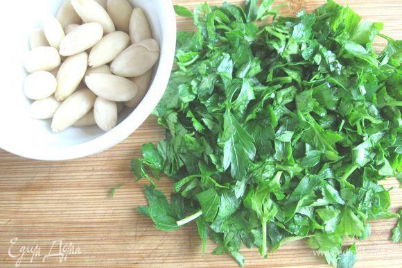 Петрушку и базилик помыть, дать обсохнуть, мелко нарезать. Чеснок почистить, нарезать мелко. Миндаль порубить, поместить в ступку вместе с зеленью, солью, душистым перцем, чесноком, красным винным уксусом, оливковым маслом, истолочь.