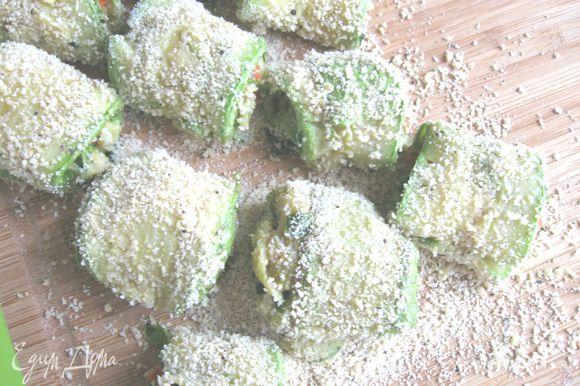 Рулетики обваливаются в панировке и обжариваются на разогретой сковороде с оливковым маслом до румяной корочки.