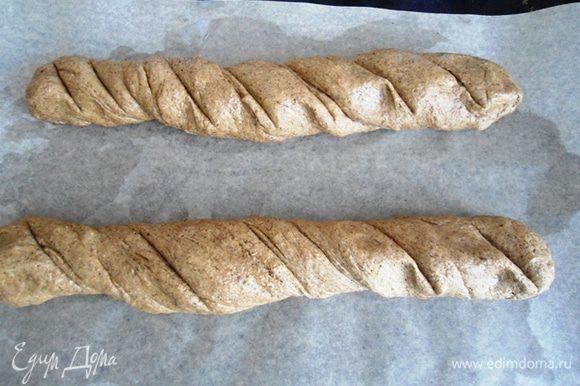 Сформировать 2 батончика, немного скрутить их и сделать надрезы. Противень смазать малом и поместить на него хлеб. Оставить на 30 минут на окончательную расстойку.