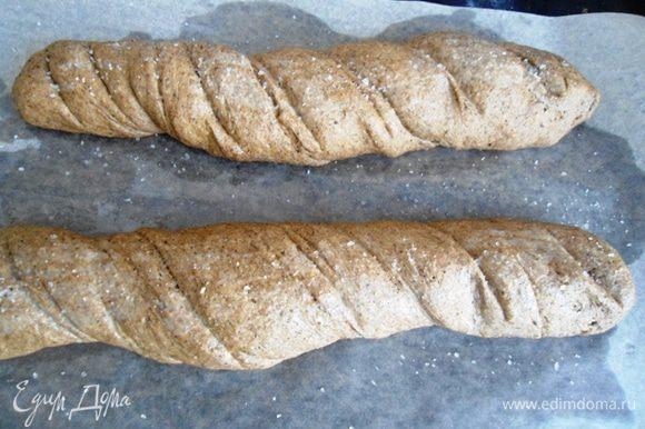 Хлебцы смазать водой и присыпать крупной солью.Выпекать в разогретой до 180°C духовке 25 минут. Готовые хлебцы остудить.