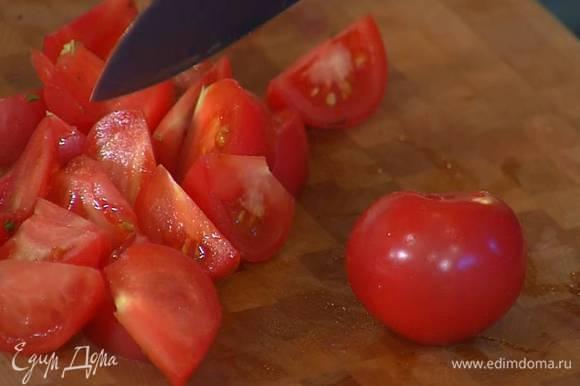 Помидоры нарезать небольшими дольками, залить 1/3 соуса Эбара и дать постоять.
