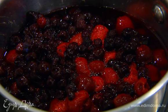 Клубнику, вишню и черную смородину предварительно разморозить, затем вместе с соком поместить в кастрюлю, влить 100 мл воды и довести все до кипения.