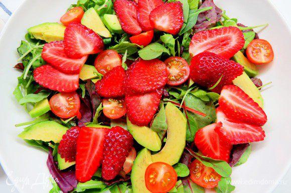 Выкладываем все это великолепие на салатные листья, приправляем оливковым маслом и бальзамическим соусом (кремом), по желанию солим, перчим.