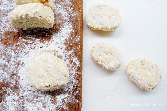 Порезать колбаску ломтиками, каждый ломтик обвалять в муке, сформировать сырники.