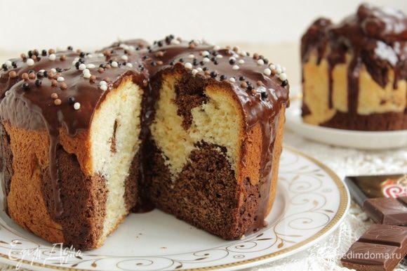 Покройте кулич шоколадной глазурью по вашему любимому рецепту.