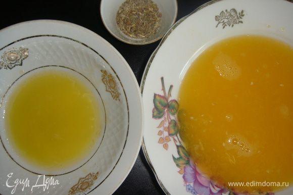 Пока готовится утка, приготовим апельсиновый соус. Из крупного апельсина выжать сок. Смешать мед со сливочным маслом. Соединить все специи. Сок влить в кастрюльку и довести до кипения постоянно помешивая. Влить смесь из меда и сливочного масла. Варить 3 минуты.