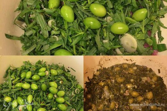 В кастрюлю с толстым дном добавить масло. Затем начать слоями укладывать в кастрюлю сначала мясо, затем зелень, ткемали, соль, потом опять мясо, зелень, ткемали и соль. Так у нас получится 2-3 слоя мяса и 2-3 слоя зелени. В конце посыпать перцем и залить вином. Накрыть крышкой, довести до кипения, затем уменьшить огонь и варить до готовности мяса не перемешивая!