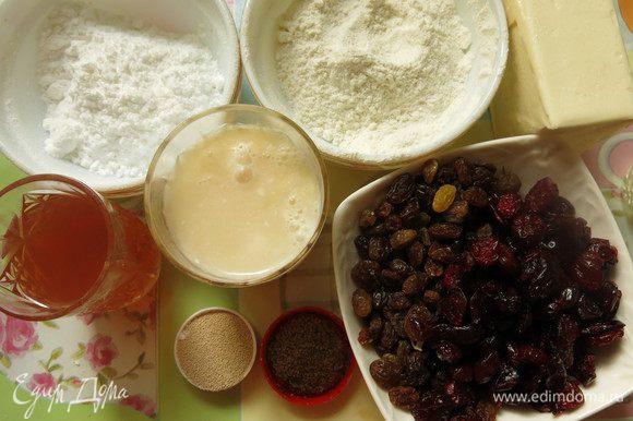Подготовим компоненты по списку. Обогащаем выпечку ароматами — у меня ванильный сахар бурбон и сок айвовый, начинка — лесные орехи очищенные, клюква и изюм.