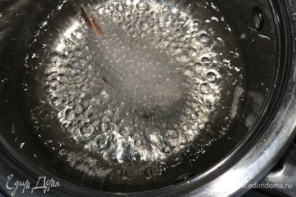 Обмакиваем креветки в кляре и жарим 2-3 мин до золотистого цвета.