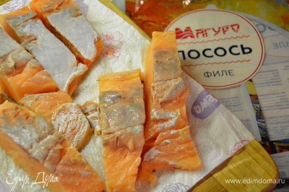 Филе лосося очистить от кожуры, нарезать на небольшие куски, помыть и посушить на бумажном полотенце.