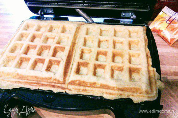 В моей вафельнице это занимает около 5 мин. Думаю, что такое тесто замечательно подошло бы для жарки блинчиков на обычной сковороде.