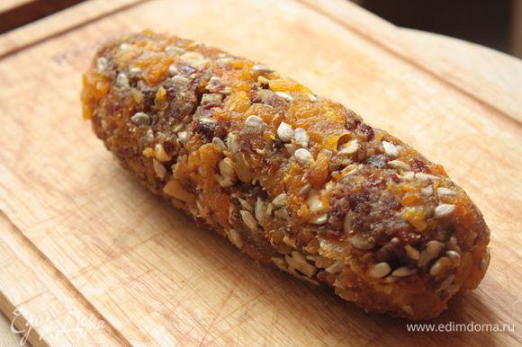 Тщательно перемешайте фарш из сухофруктов и сформируйте колбаску.