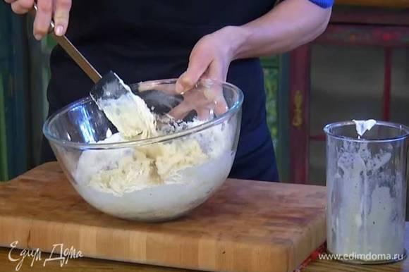 К муке с разрыхлителем и солью добавить сметану, взбитые яйца с сахаром и все перемешать.