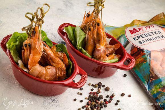 Обжарьте креветки до румяной корочки. Украсьте по желанию зеленым луком.