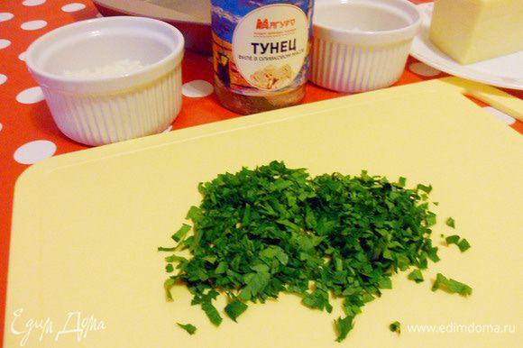 Мелко нарезаем зелень петрушки.