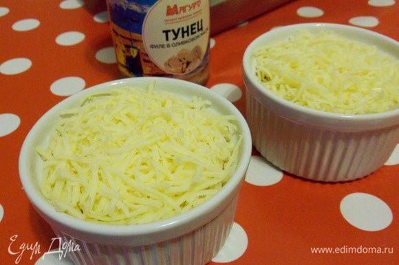 Посыпать натертым сыром.