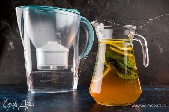 Поставьте кувшин в холодильник и перед подачей добавьте в каждый бокал лед и пару листиков мяты.