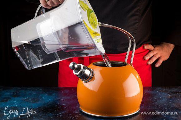 Вскипятите воду из фильтра-кувшина BRITA Navelia.