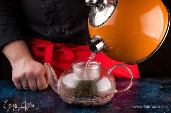 Залейте ягоду и чай кипящей водой. Когда напиток немного остынет, добавьте сахар или мед.