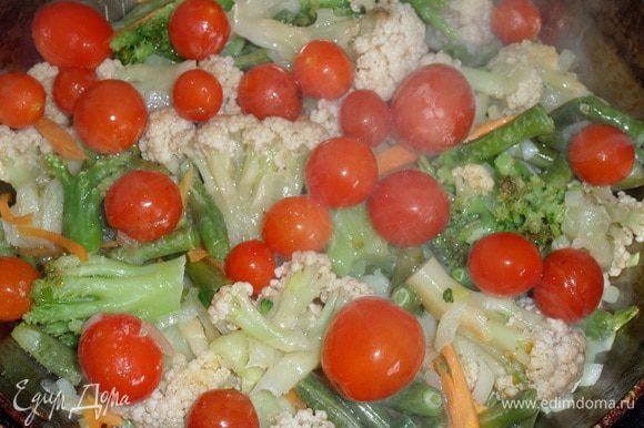 Добавляем помидоры черри. (Я использовала замороженные помидоры из собственных заготовок). Обжариваем 1-2 минуты.