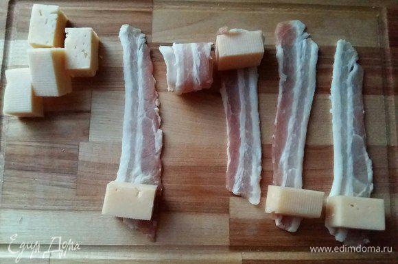 Каждый ломтик сыра обернем в бекон, и скрепим зубочистками.