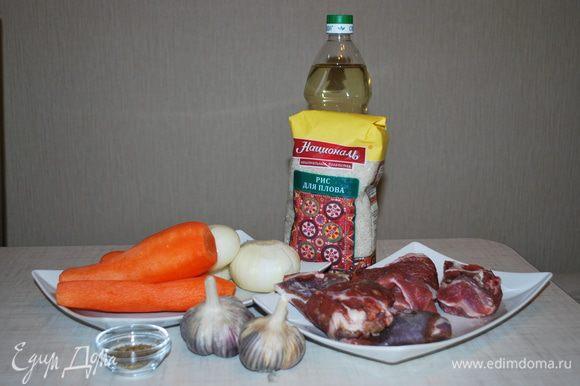 Баранину режем на крупные куски, овощи чистим.
