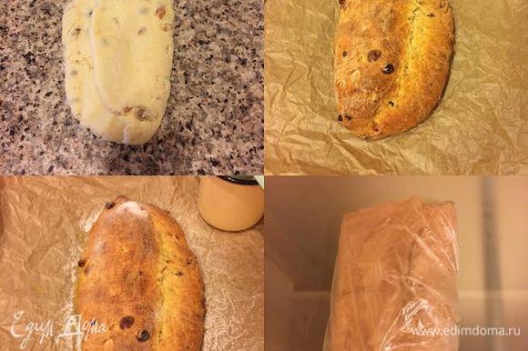 В творожную массу добавить муку, перемешать, затем выложить тесто на подпыленную мукой поверхность и слегка вымесить. Сформировать штоллен и выпекать до «сухой спички» 40-50 минут. Горячий штоллен полить растопленным сливочным масло, посыпать сахарной пудрой и полностью остудить на решетке. Затем завернуть в фольгу и отправить на нижнюю полку холодильника на 4-7 дней.