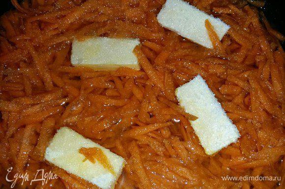 Пока тесто стоит, приготовим начинку. Для этого натрем на терке морковь, у меня морковь была довольно крупная. Переложим ее в сковороду, добавим сливочное масло, нарезанное небольшими кусочками, сахар, нальем воды 100 мл. Накроем крышкой и тушим на медленном огне до испарения всей жидкости и мягкости моркови.