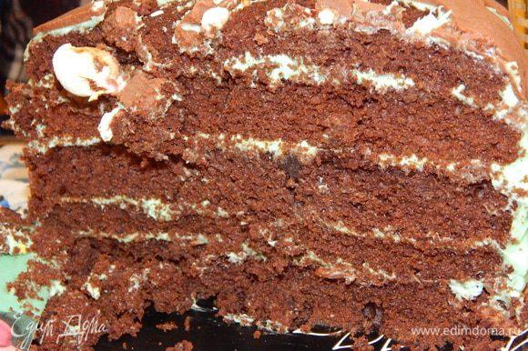 А вот и разрезик торта с праздничного стола.