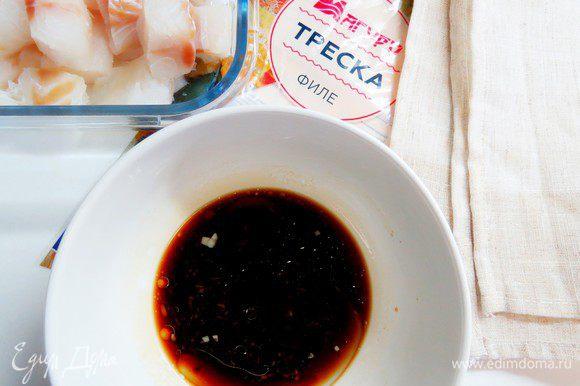 Готовим маринад. В чаше смешиваем соевый соус, рыбный соус, белое вино, 2 столовые ложки растительного масла. Добавляем тертый имбирь и мелко нарезанный чеснок. Тщательно перемешиваем.
