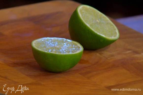 Из половинки лайма выжать 1‒2 ст. ложки сока.