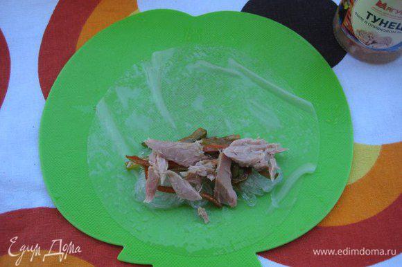 Листы рисовой бумаги смачивать в глубокой тарелке с водой. На лист выложить немного овощной начинки, горсть рисовой лапши и немного тунца.