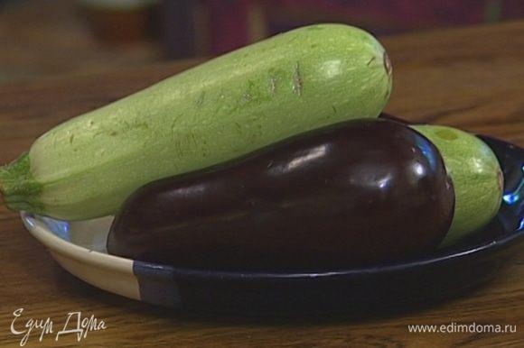 Морковь, лук и чеснок почистить, у сладкого перца удалить плодоножку с семенами, у баклажана и цукини — плодоножку, у яблока — сердцевину.