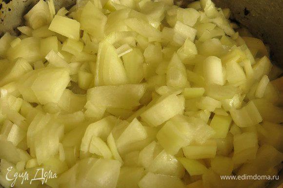 Растапливаем сливочное масло, добавляем растительное, кладем лук.