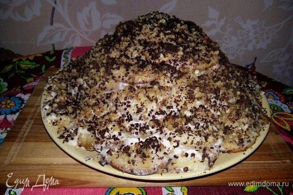 У меня сегодня получился высокий торт, а вообще я обычно на него слегка нажимаю, как-бы приплющивая, тем самым торт расширяется в размерах и становится немного ниже.
