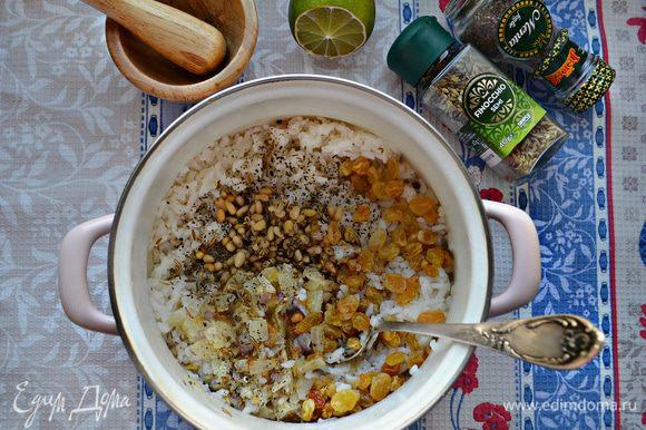 В кастрюлю к рису добавьте обжаренный лук, изюм, кедровые орехи, перец, мяту, базилик и семена фенхеля. Перемешайте.