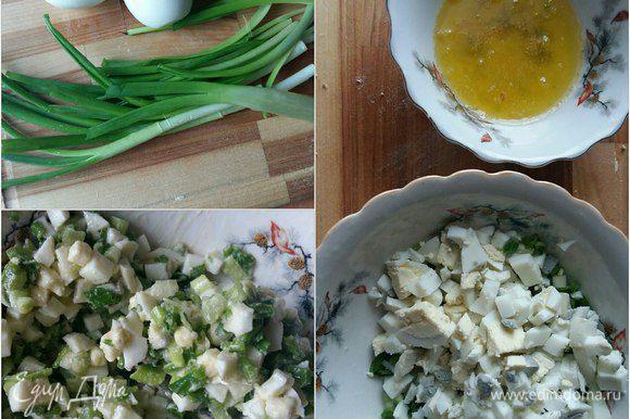Яйца и зеленый лук нарежем мелко. Смешаем. Растопим сливочное масло и добавим к смеси из лука и яиц. Посолим. Перемешаем. Начинка готова.