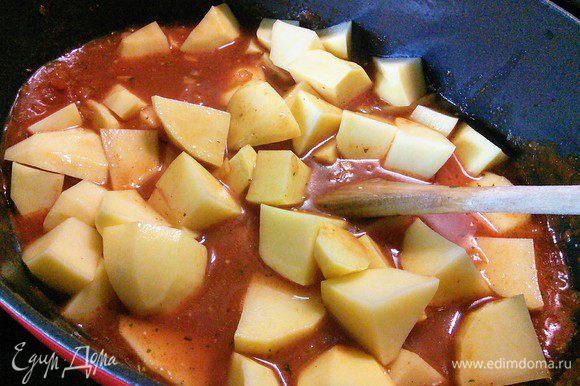Залить бульоном, выложить картофель, довести до кипения, уменьшить огонь и тушить на маленьком огне под крышкой 45 минут. Иногда помешивать, чтобы не подгорело.