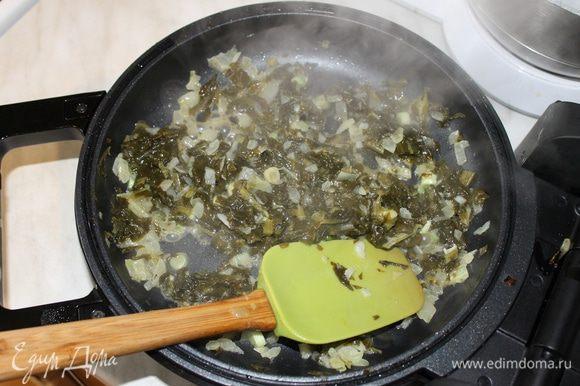 На другой сковороде приготовьте начинку из шпината. На сливочном масле поджарьте нарезанный кубиками лук и измельченный чеснок. Когда лук начнет менять цвет добавьте нарезанный шпинат и продолжайте готовить начинку не более 5 минут. Готовую начинку посолите и добавьте по вкусу перец.