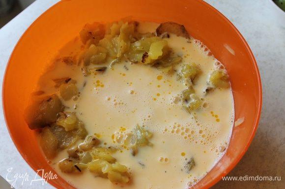 К готовому картофелю добавьте яйца взбитые с молоком, перемешайте.