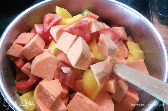 В кастрюле разогреть растительное масло (у меня арахисовое), пассеровать лук. Добавить батат, чеснок и перец. Обжарить вместе 5 мин.