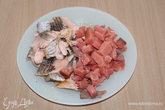 Свежий лосось либо отварить, либо пожарить на сковороде-гриль. Затем разобрать на кусочки, а копченый порезать.