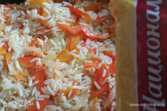 Перемешаем рис и обжарим в течении 5 минут, рис за это время пропитается вкусом овощей.