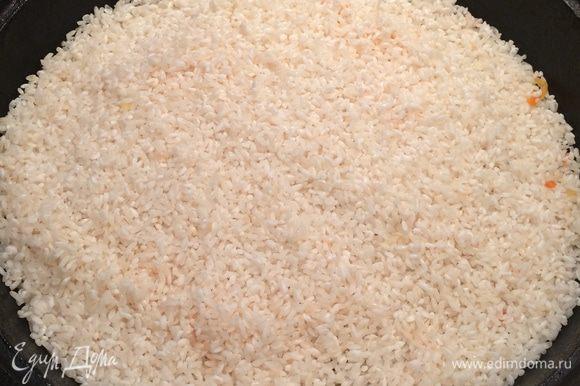 Через 40 минут на протушенное мясо и овощи выложить ровным слоем подсохший рис, залить кипятком (в кипяток нужно предварительно добавить еще 1 ст. л. соли) так, чтобы уровень воды был на 1 см выше уровня риса. После этого рис не трогать и ни в коем случае не перемешивать. Довести до кипения, плотно закрыть крышкой и варить плов на медленном огне около 40 минут. Вся вода должна полностью впитаться в рис.