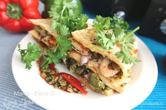 Нарезать поперек, украсить зеленью петрушки. Сопроводить острым мексиканским томатным соусом (кетчупом), и сметаной. Приятного аппетита!