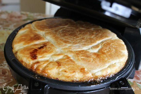 Установите 3 уровень нагрева, накройте крышкой тортильницу и выпекайте пирог до румяной корочки. При этом не следует фиксировать крышку тортильницы, т.к. во время приготовления будет выходить много пара и тесто начнет подниматься. Можно подглядывать, на качестве пирога не отразится.