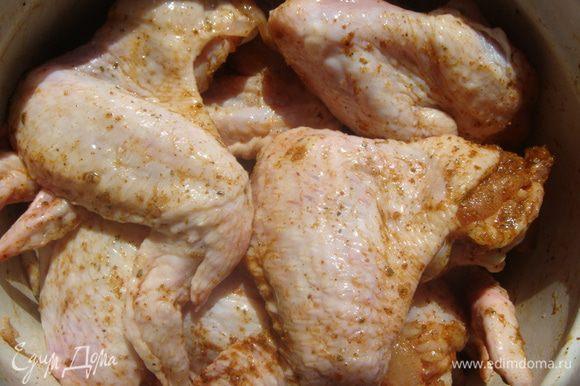 Посолить, поперчить, добавить приправу для курицы гриль и тщательно перемешать.