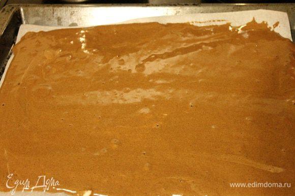 Противень застелить пергаментом и смазать 1 ч. л. растительного масла. Вылить тесто, разровнять его. Выпекать при температуре 190°С 15-17 минут.