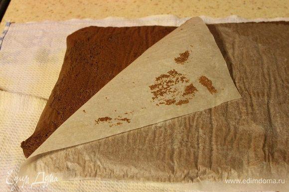 Готовый бисквит выложить на чистое полотенце пергаментом вверх. Аккуратно удалить бумагу.